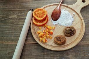 ドライフルーツ オレンジとイチジクの写真素材 [FYI01268104]