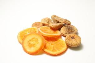 ドライフルーツ オレンジとイチジクの写真素材 [FYI01268107]