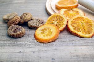 ドライフルーツ オレンジとイチジクの写真素材 [FYI01268136]