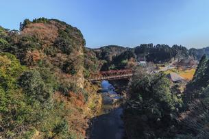 秋の養老渓谷の渓谷橋からみた風景の写真素材 [FYI01268153]