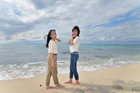 宮古島/ビーチでポートレート撮影の写真素材 [FYI01268389]