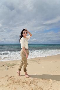 宮古島/ビーチでポートレート撮影の写真素材 [FYI01268396]
