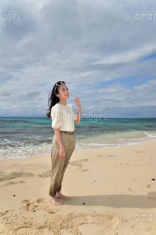 宮古島/ビーチでポートレート撮影の写真素材 [FYI01268397]