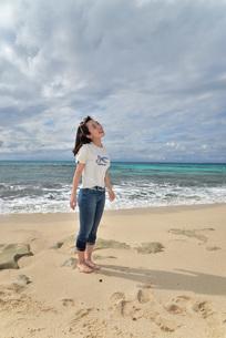 宮古島/ビーチでポートレート撮影の写真素材 [FYI01268400]