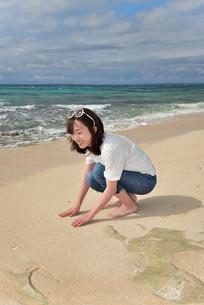 宮古島/ビーチでポートレート撮影の写真素材 [FYI01268404]