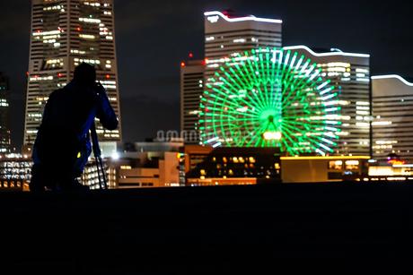 みなとみらいの夜景と人々のシルエットの写真素材 [FYI01268512]