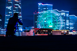 みなとみらいの夜景と人々のシルエットの写真素材 [FYI01268513]