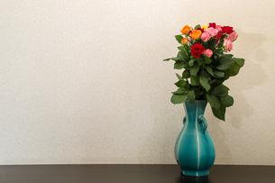 薔薇の花束と花瓶の写真素材 [FYI01268515]