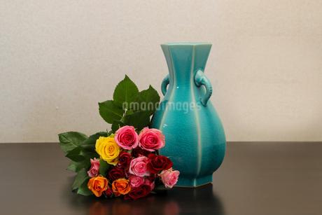 薔薇の花束と花瓶の写真素材 [FYI01268516]