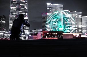 みなとみらいの夜景と人々のシルエットの写真素材 [FYI01268566]