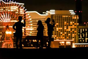 みなとみらいの夜景と人々のシルエットの写真素材 [FYI01268583]