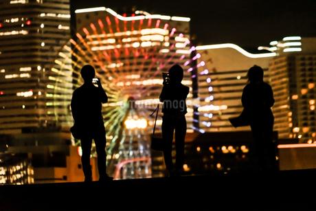 みなとみらいの夜景と人々のシルエットの写真素材 [FYI01268586]