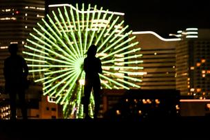 みなとみらいの夜景と人々のシルエットの写真素材 [FYI01268590]