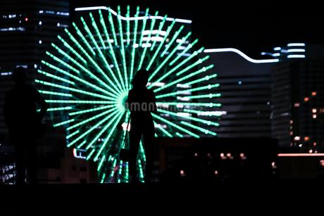 みなとみらいの夜景と人々のシルエットの写真素材 [FYI01268591]