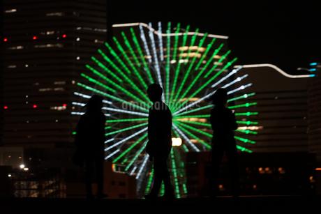みなとみらいの夜景と人々のシルエットの写真素材 [FYI01268593]