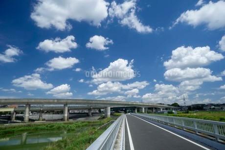 空の雲と高架橋の写真素材 [FYI01268699]