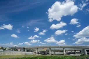 空の雲と高架橋の写真素材 [FYI01268700]