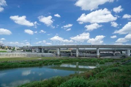 空の雲と高架橋の写真素材 [FYI01268701]