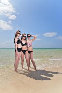 宮古島/夏のビーチでポートレート撮影の写真素材 [FYI01268722]