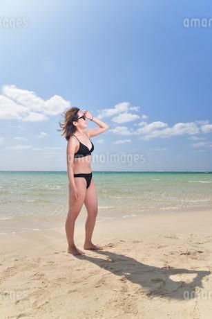 宮古島/夏のビーチでポートレート撮影の写真素材 [FYI01268727]