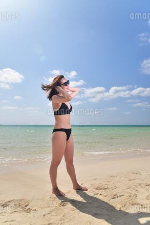 宮古島/夏のビーチでポートレート撮影の写真素材 [FYI01268729]