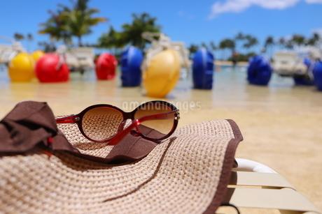 ハワイ オアフ島のワイキキビーチ サングラスと麦わら帽子の写真素材 [FYI01268789]