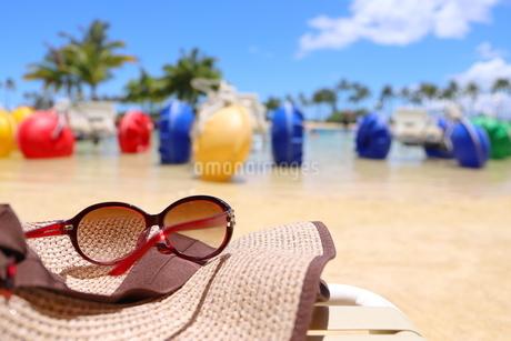 ハワイ オアフ島のワイキキビーチ サングラスと麦わら帽子の写真素材 [FYI01268791]
