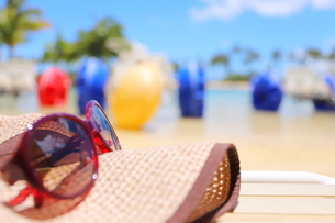 ハワイ オアフ島のワイキキビーチ サングラスと麦わら帽子の写真素材 [FYI01268793]