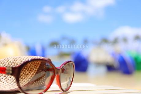 ハワイ オアフ島のワイキキビーチ サングラスと麦わら帽子の写真素材 [FYI01268798]
