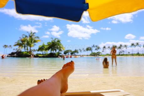 ハワイのオアフ島 ワイキキビーチのビーチパラソルの写真素材 [FYI01268808]