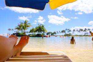ハワイのオアフ島 ワイキキビーチのビーチパラソルの写真素材 [FYI01268811]