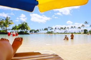 ハワイのオアフ島 ワイキキビーチのビーチパラソルの写真素材 [FYI01268815]