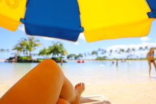 ハワイのオアフ島 ワイキキビーチのビーチパラソルの写真素材 [FYI01268817]