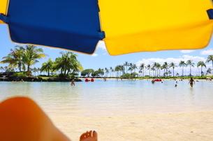 ハワイのオアフ島 ワイキキビーチのビーチパラソルの写真素材 [FYI01268819]