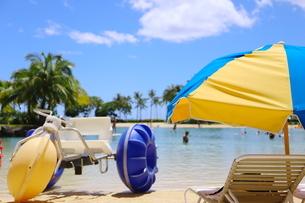 ハワイのオアフ島のワイキキビーチ 浅瀬の遊具とビーチパラソルの写真素材 [FYI01268822]