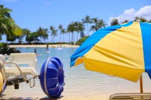 ハワイのオアフ島のワイキキビーチ 浅瀬の遊具とビーチパラソルの写真素材 [FYI01268824]