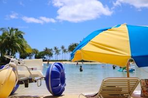 ハワイのオアフ島のワイキキビーチ 浅瀬の遊具とビーチパラソルの写真素材 [FYI01268825]