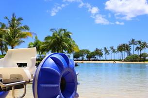 ハワイのオアフ島のワイキキビーチ 浅瀬の遊具とヤシの木の写真素材 [FYI01268835]