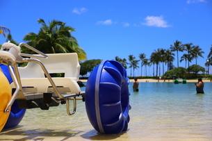 ハワイのオアフ島のワイキキビーチ 浅瀬の遊具とヤシの木の写真素材 [FYI01268844]
