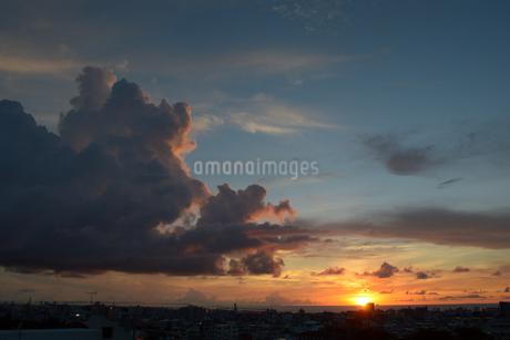 都会のオレンジ色の夕焼けと雲の写真素材 [FYI01268875]