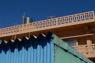 南国沖縄の花ブロックとトタンの建物の写真素材 [FYI01268877]