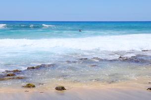 ハワイのオアフ島 エメラルドグリーンの海と砂浜の写真素材 [FYI01268888]