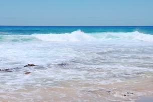 ハワイのオアフ島 エメラルドグリーンの海と砂浜の写真素材 [FYI01268890]