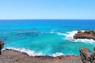 ハワイのオアフ島 ターコイズブルーの海と青空の写真素材 [FYI01268895]