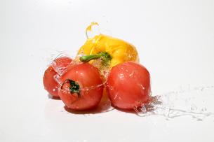 水しぶきを浴びるパプリカとトマトの写真素材 [FYI01268901]