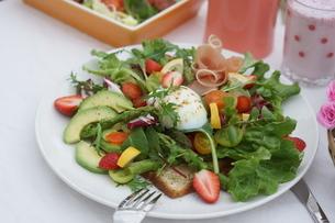 フレッシュ野菜のオープンサンド~温玉のせの写真素材 [FYI01269007]