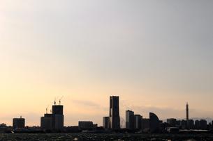 夕暮れの空の下でシルエットになった横浜みなとみらいのパノラマ風景の写真素材 [FYI01269076]