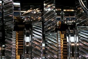 銀色に輝く金属のエンジンパーツの写真素材 [FYI01269131]