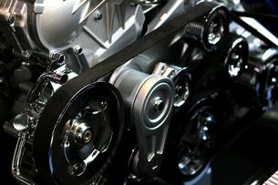 銀色に輝く金属のエンジンパーツの写真素材 [FYI01269140]