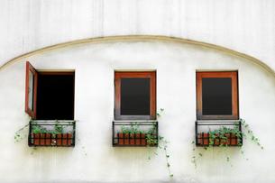 リゾート地の白い建物に並ぶ古い窓の写真素材 [FYI01269141]